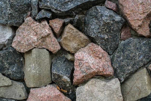 In het park liggen enorme stenen. achtergrond. textuur.