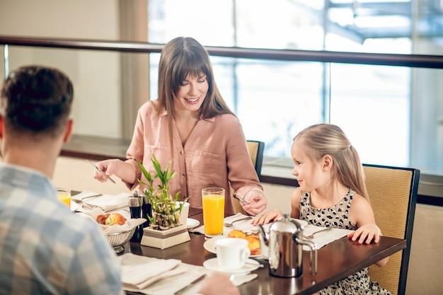 In het restaurant. jong gezin zitten aan de tafel in het restaurant