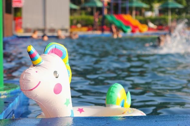 In het zwembad drijft een zwemcirkel in de vorm van een eenhoorn. concept van zomervakantie. reis- en vakantieconcept.