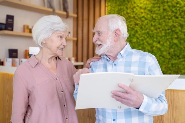 In kuuroordsalon. bejaarde echtpaar kiezen procedures in een kuuroord