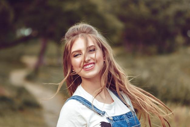 In openlucht portret van een jong meisje