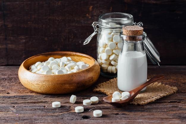 In opgestapelde melk op houten lijst