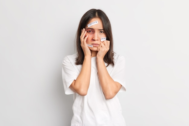 In paniek gefrustreerde vrouw wordt het slachtoffer van een woeste aanval heeft blauwe plekken onder het oog ernstig hoofdtrauma wordt het slachtoffer van misbruik wordt geconfronteerd met druk en geweld.