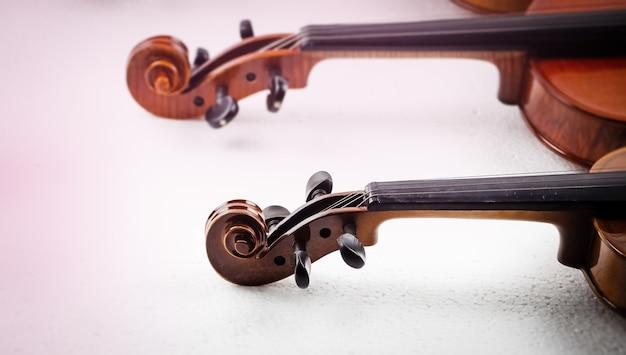 In selectieve focus van scroll en pegbox van viool, wazig licht rond