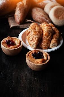 In selectiv focus van blurberry pie in houten beker