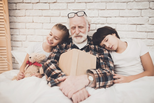 In slaap vallen na bedtijd verhaal opa en kinderen