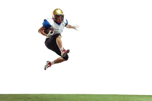 In sprong vlucht american football speler geïsoleerd op een witte studio achtergrond met copyspace