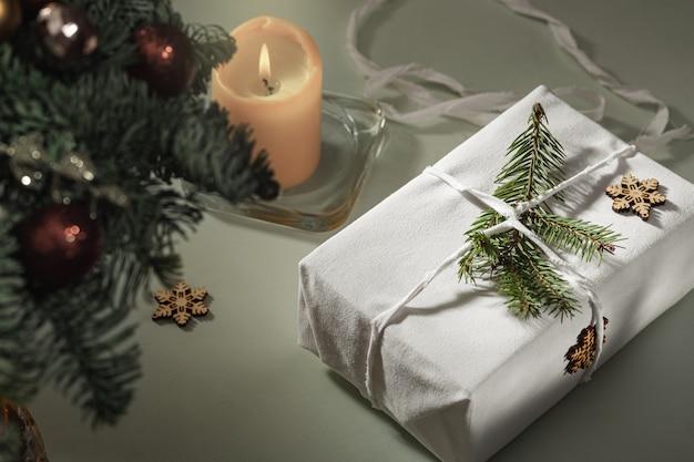 In stof verpakt cadeau close-up, herbruikbaar duurzaam gerecycled textiel cadeauverpakking alternatief nul afval concept.