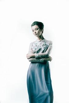 In volle groei. mooie vrouw model poseren in een modieuze avondjurk. schoonheid en mode