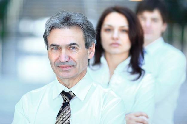 In volle groei. portret van zelfverzekerd zakelijk team in de office.photo met kopieerruimte