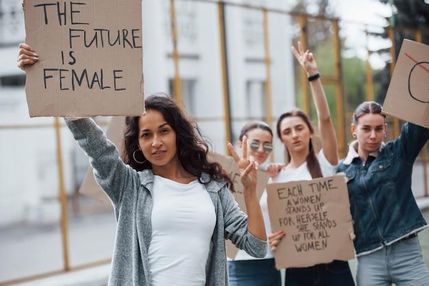 In vrijetijdskleding. een groep feministische vrouwen protesteert buitenshuis voor hun rechten