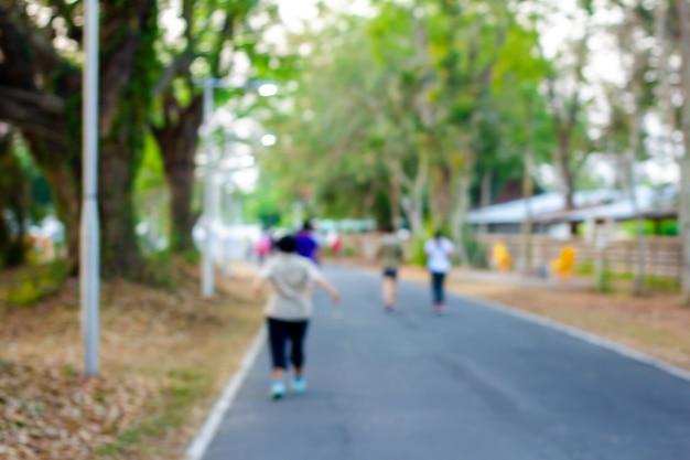 In wazige mensen joggen