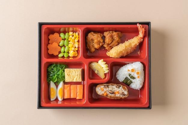 (inari sushi) sushi rijst gewikkeld in gedroogde tofu met gebakken garnalen en gebakken kip in bento set