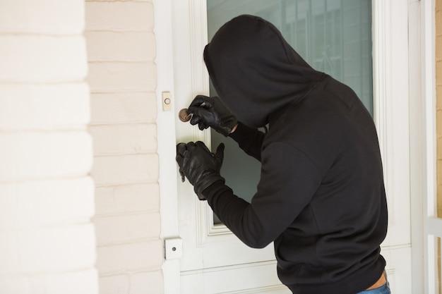 Inbreker breekt de deur open