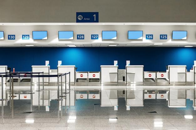 Incheckbalies op de luchthaven voor achtergrond geen mensen