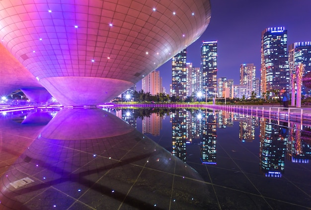 Incheon, zuid-korea - 17 mei 2015: tri-bowl building in central park in het district songdo, incheon, zuid-korea.