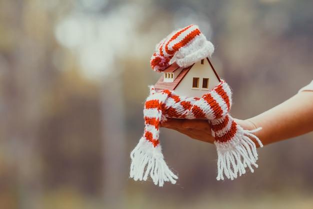 Indeling van het huis gewikkeld in een sjaal. het concept van isolatie van het huis