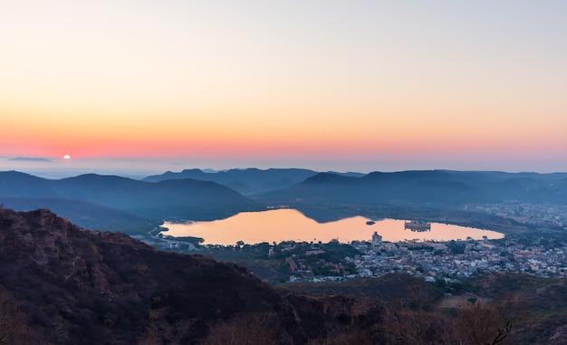 India bij zonsopgang, het meermening van man sagar, jaipur.