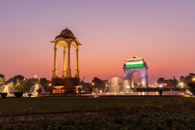India gate en de canopy, zonsondergangkleuren van new delhi.