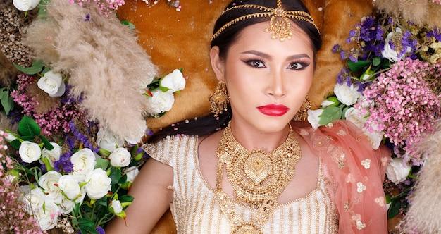India traditioneel kostuum de kleding van de huwelijksbruid op mooi vrouwenportret