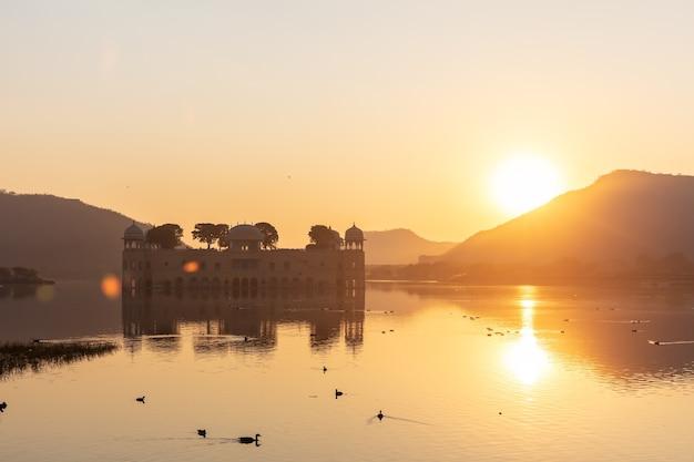 India waterpaleis genaamd jal mahal, jaipur.