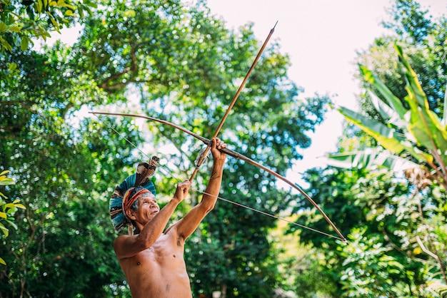 Indiaan van de pataxã³ stam, met een veren hoofdtooi en pijl en boog