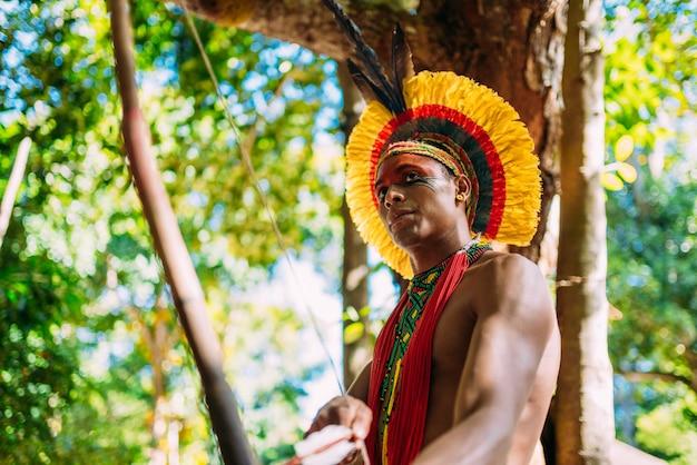 Indiaan van de pataxã³ stam met pijl en boog
