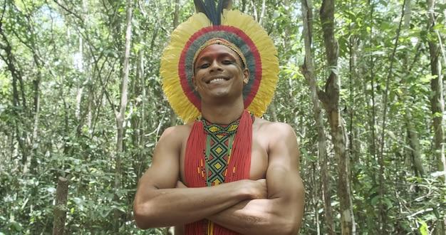 Indiaan van de pataxã³-stam, met veren hoofdtooi. indiase dag. braziliaanse indiaan.