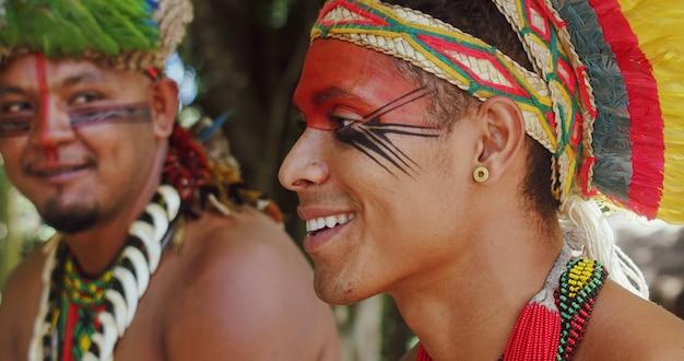 Indiaan van de pataxo-stam braziliaanse indiaan uit het zuiden van bahia