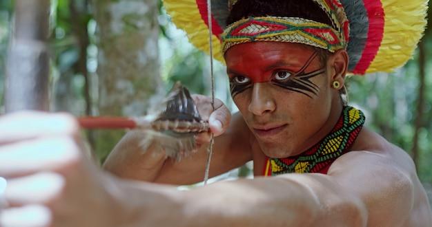 Indiaan van de pataxo-stam met behulp van een pijl en boog indianendag braziliaanse indiaan
