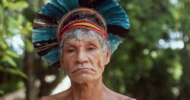 Indiaan van de pataxo-stam met veren hoofdtooi braziliaanse indiaan