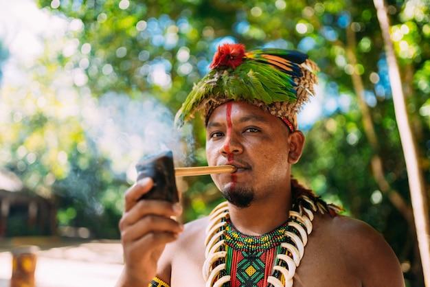 Indiaanse opperhoofd van de pataxã³ stam rookpijp