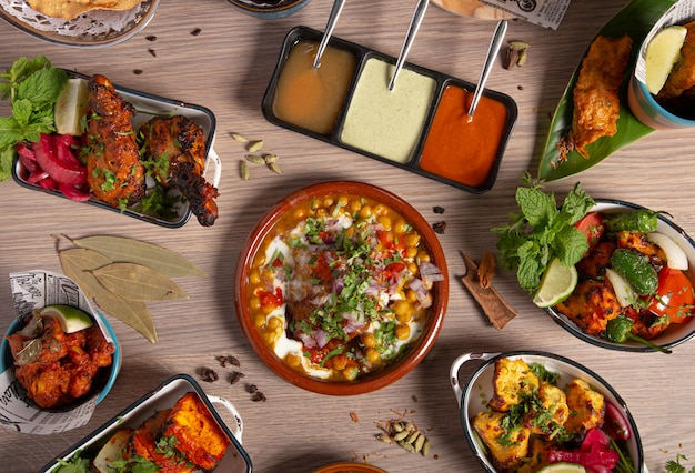 Indiaas eten buffet, restaurant tafel. verscheidenheid aan typische gerechten uit de indiase keuken