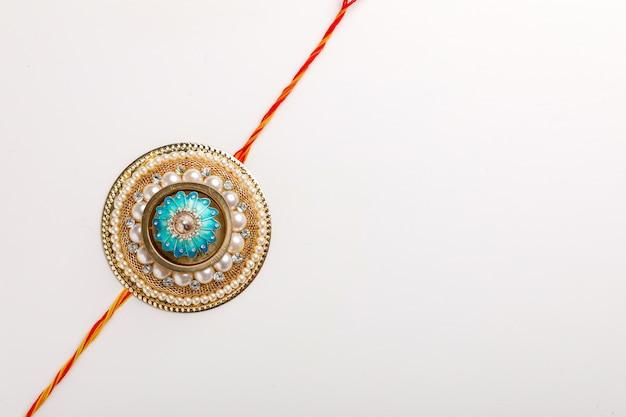 Indiaas festival raksha bandhan, kleurrijke ontwerper rakhi of wrist band