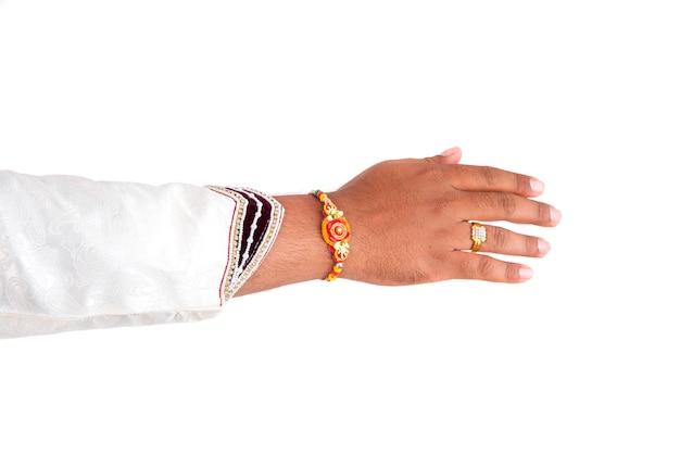 Indiaas festival raksha bandhan, raakhi bij de hand, zuster stropdas rakhi als symbool van intense liefde voor haar broer.