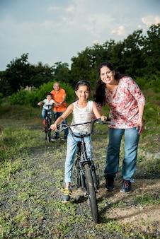 Indiaas meisje leert fietsen op de fiets, balancerend