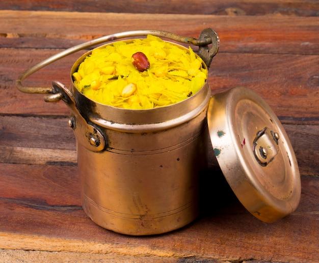 Indiaas pittig en knapperig populair ontbijt poha chivda