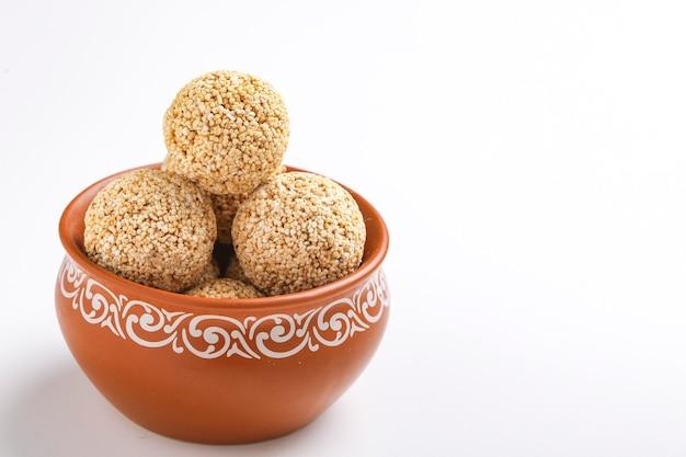 Indiaas snoepje voor traditioneel festival makar sankranti: rajgira laddu gemaakt van amarantzaad in kom
