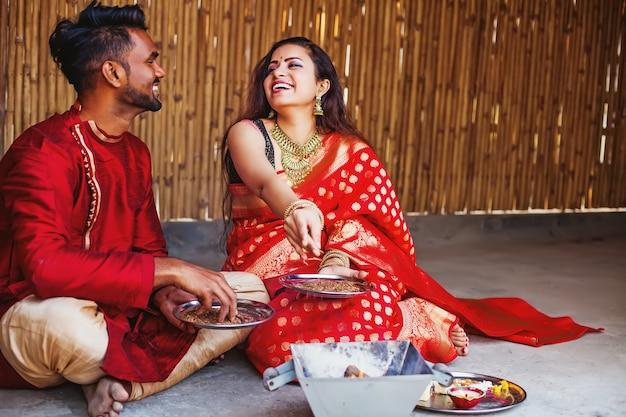 Indiaas stel bidt met hawan en doet puja