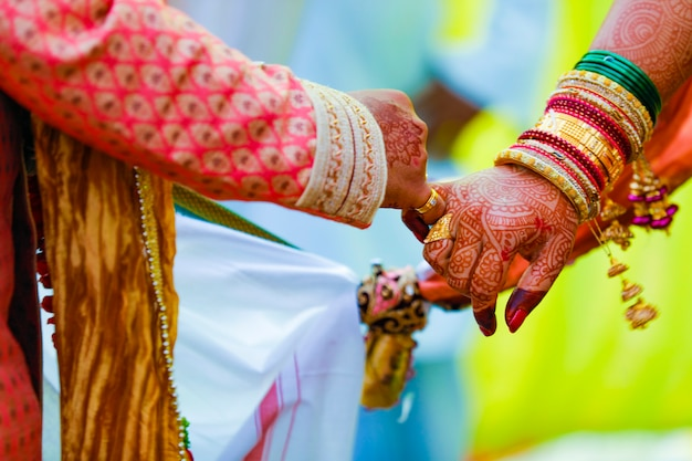 Indiaas stel levert huwelijksceremonie satphera in hindoeïsme in