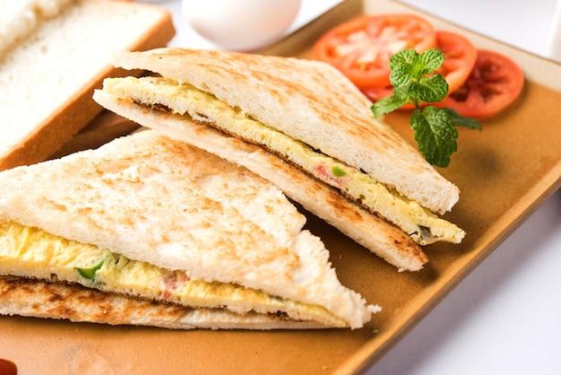 Indian bread omelet of omelet sandwich geserveerd met tomatenketchup. med up van kippenei. geserveerd op humeurige achtergrond. selectieve focus