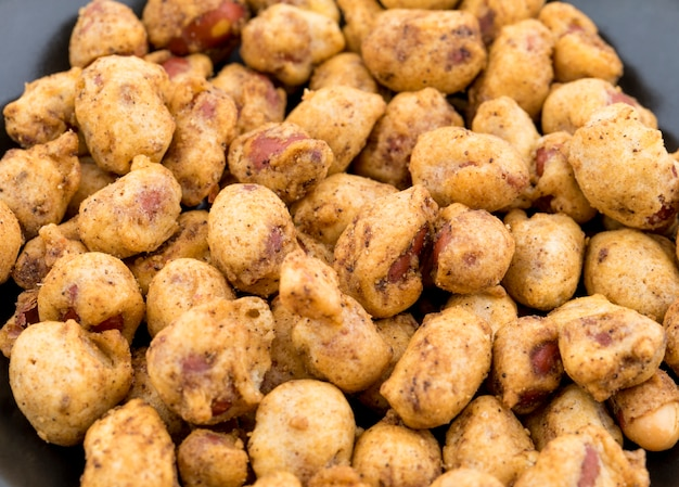 Indian crispy masala peanuts staan ook bekend als sing bhujia.