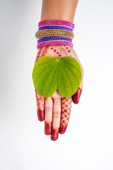 Indian festival dussehra, groen aptablad in de hand