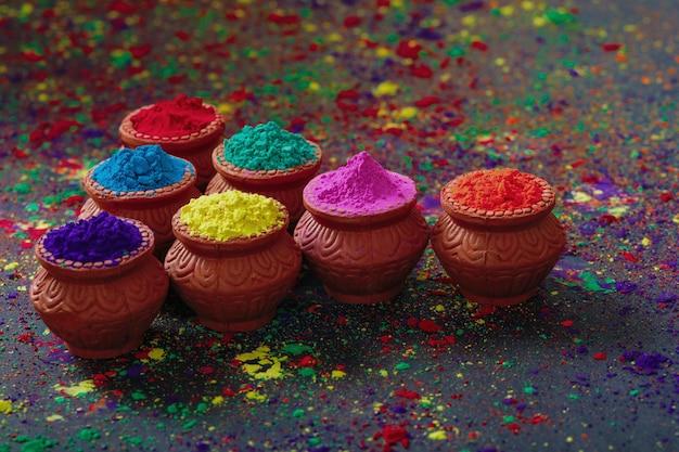Indian festival holi, kleuren in houten kom
