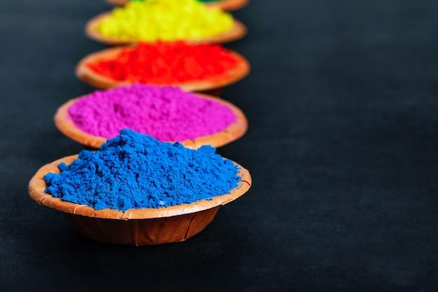 Indian festival holi, kleuren in kom