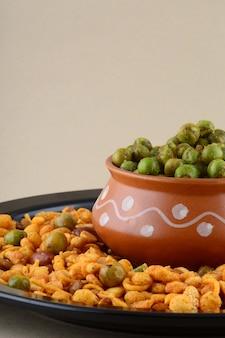 Indian snack: mengsel en gekruide gebakken groene erwten {chatpata matar}.