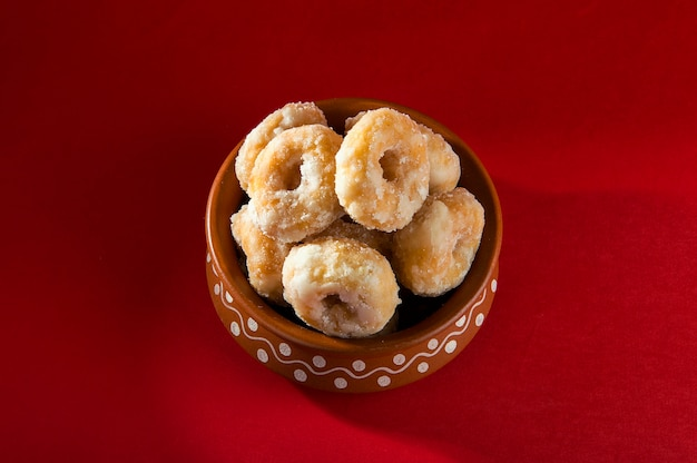 Indian traditional sweet food balushahi op een rode achtergrond
