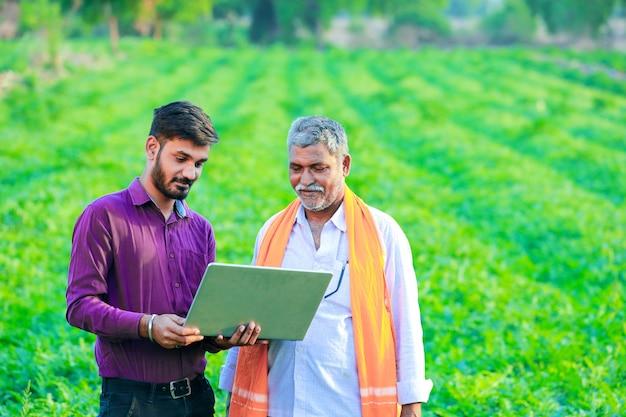 Indiase agronoom met boer op het veld