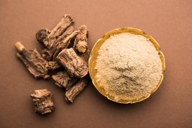 Indiase ayurvedische sarsaparilla, hemidesmus indicus of ananthamoola of naruneendi of nannari in gedroogde stoom en poeder