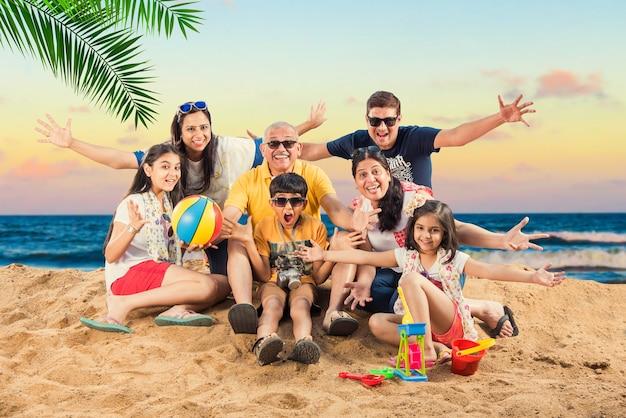 Indiase aziatische familie genieten op het strand in de zomer